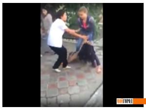Шокирующее видео избиения девушки в Атырау выложили в Сеть (видео) devushki