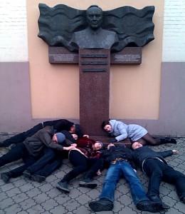 Памятник Назарбаеву пытаются снести на Украине Фото с сайта liva.com.ua