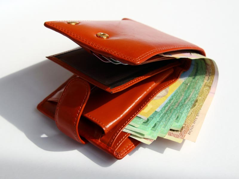 Новости Атырау - Полицейские Атырау вернули барсетку с крупной суммой денег мужчине из Шымкента