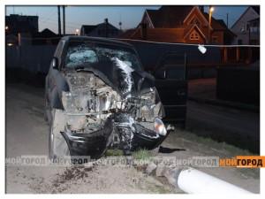 В Уральске Toyota Land Cruiser снесла световую опору avariyastolb3