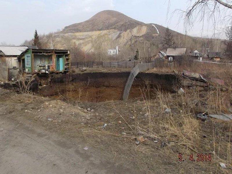 Дом в Риддере провалился в воронку глубиной 110 метров (ФОТО, ВИДЕО) Фото с сайта yk-news.kz