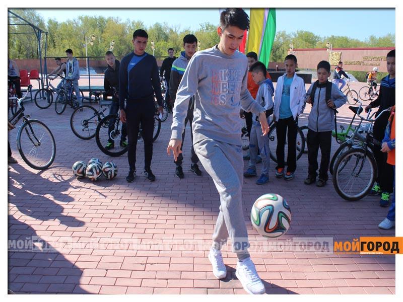 Новости Уральск - Нурлан НОГАЕВ подарил свой велик 83-летнему участнику пробега 9856325