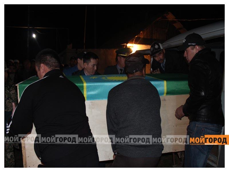 Новости - У погибшего в части солдата из ЗКО на запястьях были следы от наручников (видео) arman11
