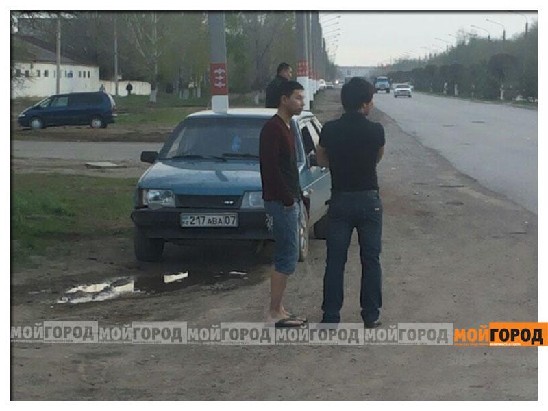 Новости Уральск - В Уральске автомобиль вырвал с корнем дерево avaria_derevo6