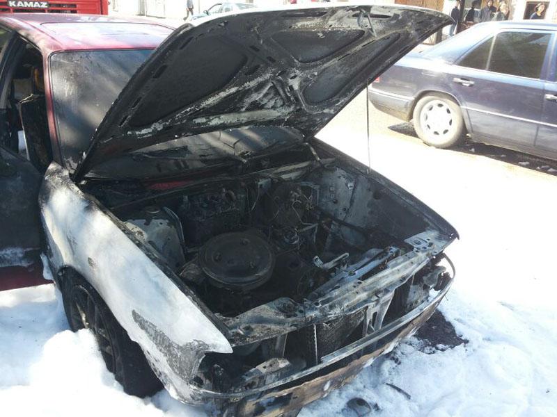 В Уральске возле пединститута загорелась машина pozhar_avto3