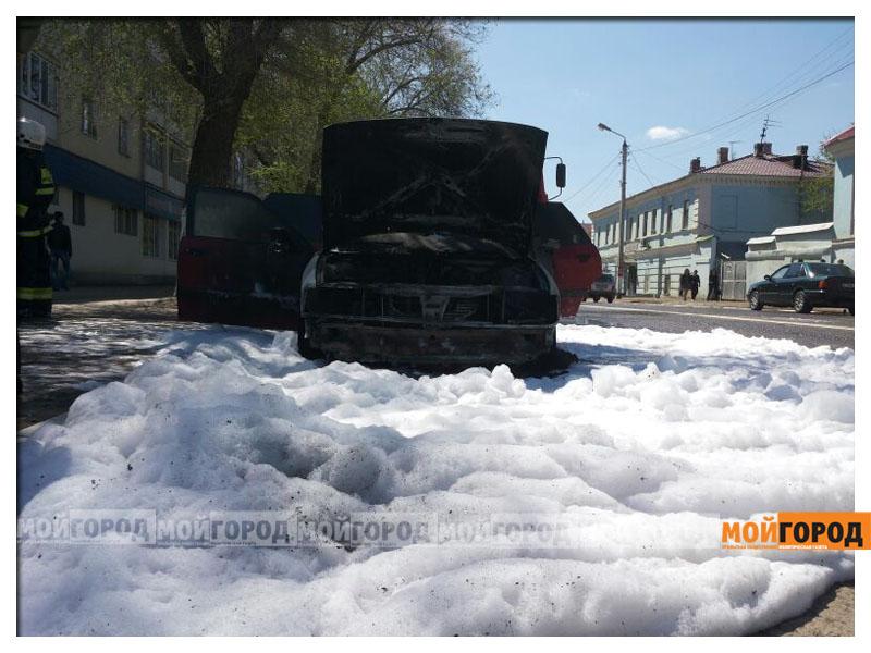 В Уральске возле пединститута загорелась машина pozhar_avto5