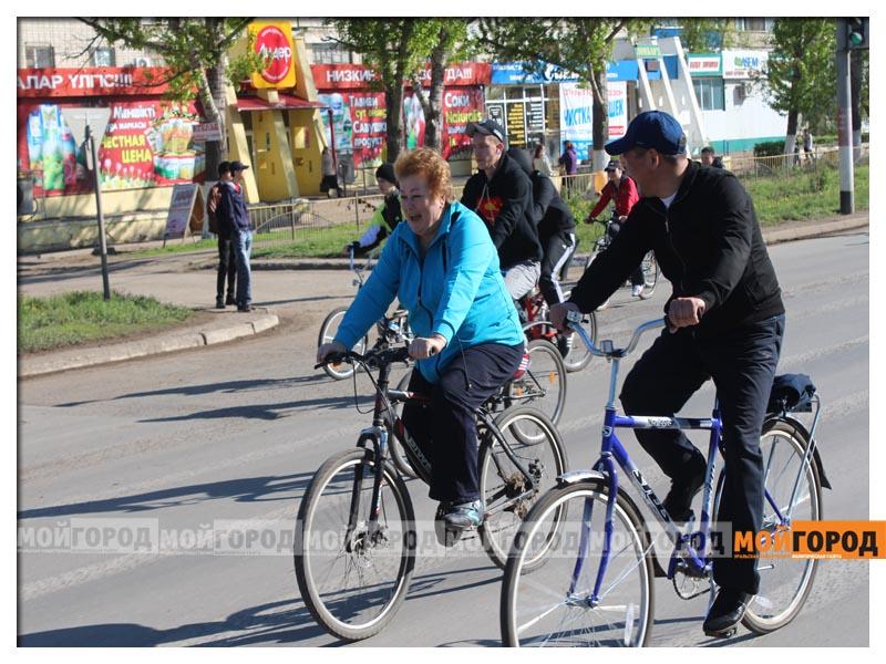Новости Уральск - Нурлан НОГАЕВ подарил свой велик 83-летнему участнику пробега velo5