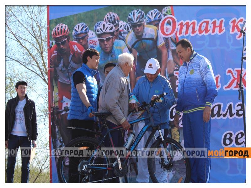 Новости Уральск - Нурлан НОГАЕВ подарил свой велик 83-летнему участнику пробега velo9