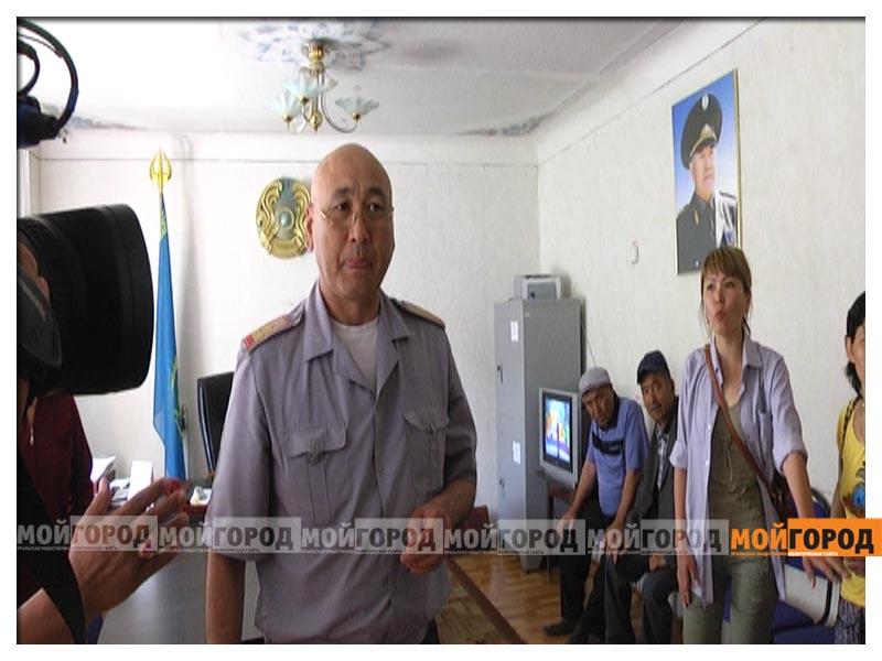 Родные сержанта Армана СУРАГАНОВА штурмовали здание военкомата в Актобе(видео) voencom