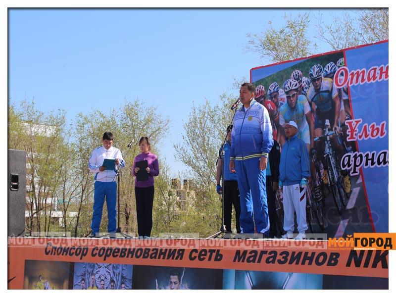 Новости Уральск - Нурлан НОГАЕВ подарил свой велик 83-летнему участнику пробега vstr321563