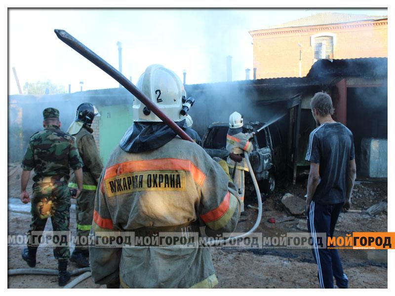 В Уральске в гараже сгорела машина (видео) garaji6