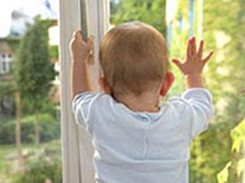 Двое детей выпали из окна многоэтажки в Уральске В Уральске годовалый малыш выпал из окна 5-этажа