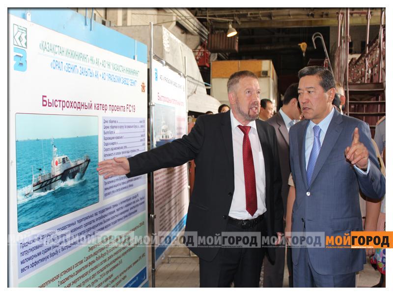 Министру обороны в Уральске показали самолет и корабли ahmetov