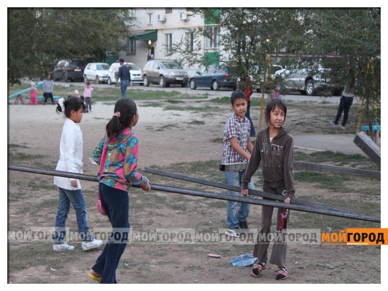 В Уральске дети в знак протеста снесли ограждение строящегося магазина deti11