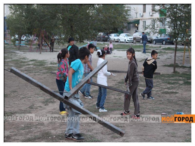 Новости Уральск - В Уральске дети в знак протеста снесли ограждение строящегося магазина deti12