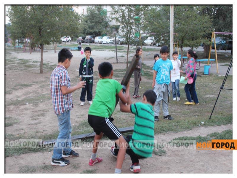 Новости Уральск - В Уральске дети в знак протеста снесли ограждение строящегося магазина deti14