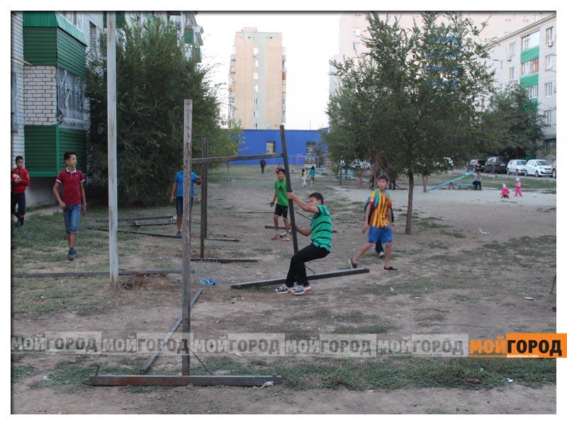 В Уральске дети в знак протеста снесли ограждение строящегося магазина deti15