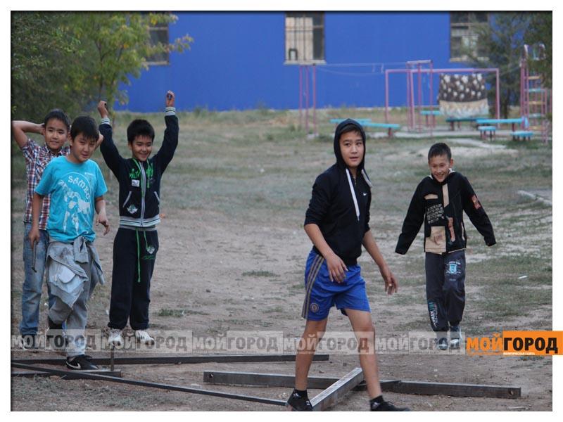 В Уральске дети в знак протеста снесли ограждение строящегося магазина deti16