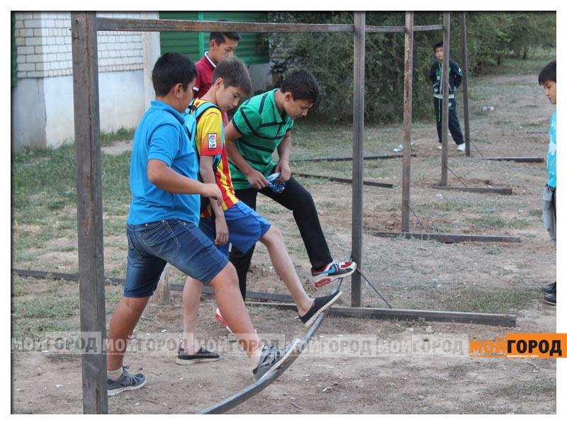 Новости Уральск - В Уральске дети в знак протеста снесли ограждение строящегося магазина deti18