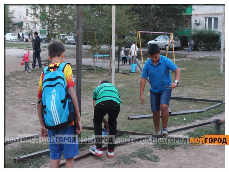 Новости Уральск - В Уральске дети в знак протеста снесли ограждение строящегося магазина deti19