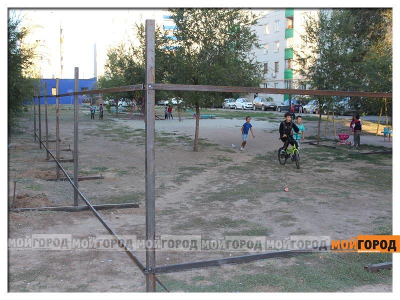 В Уральске дети в знак протеста снесли ограждение строящегося магазина deti3