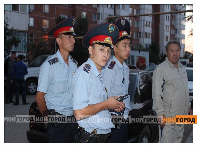 Новости Уральск - В Уральске дети в знак протеста снесли ограждение строящегося магазина deti6