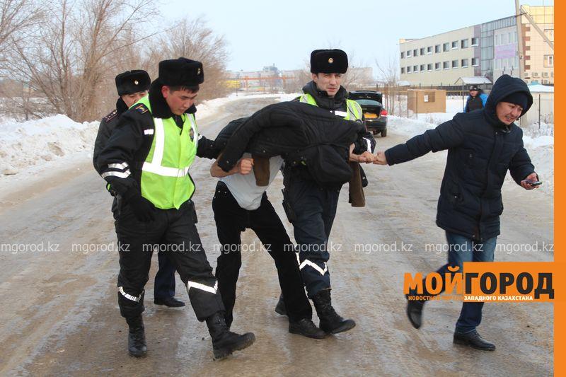 Новости Уральск - В Уральске в знак протеста мужчина разделся на морозе avtouragan12