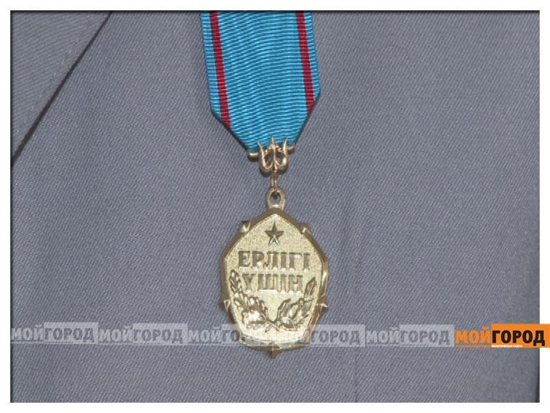 Новости Атырау - В Атырау сержанта полиции, спасшего девушку, наградили медалью  nagrada