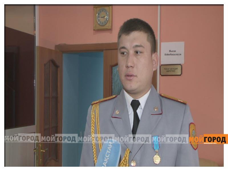 Новости Атырау - В Атырау сержанта полиции, спасшего девушку, наградили медалью  nagrada2