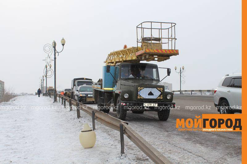 Новости Уральск - В Уральске на путепроводе машина въехала в фонарный столб puteprovod1