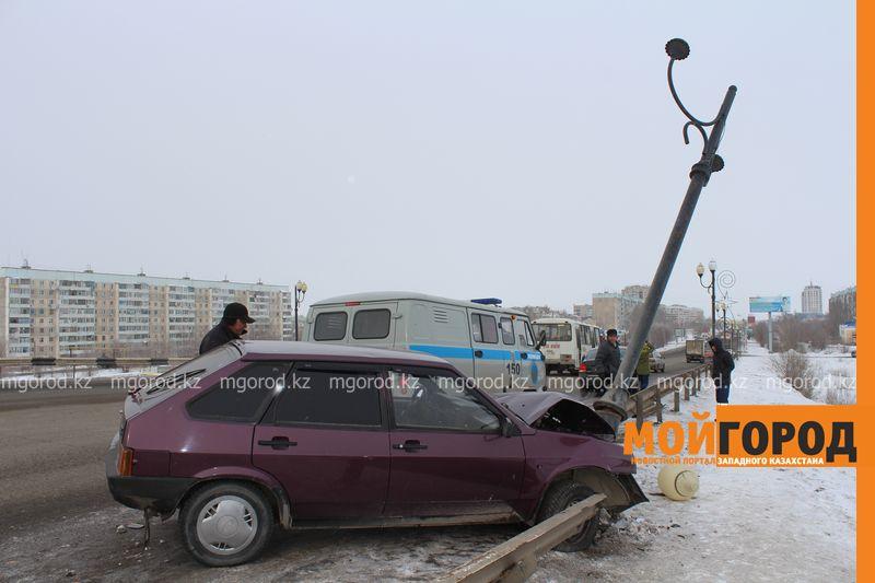 Новости Уральск - В Уральске на путепроводе машина въехала в фонарный столб puteprovod2 (2)