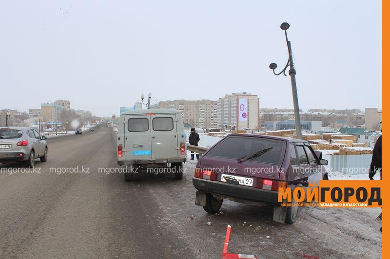 Новости Уральск - В Уральске на путепроводе машина въехала в фонарный столб puteprovod3
