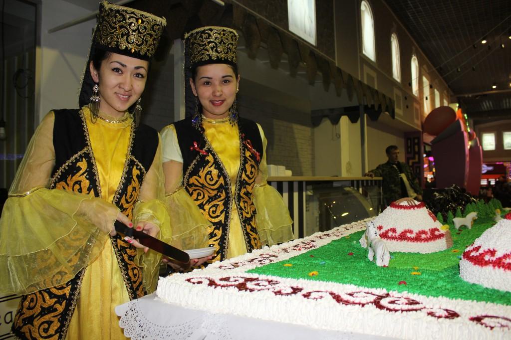 180-килограммовый торт подарил уральцам супермаркет «Атаба» 6