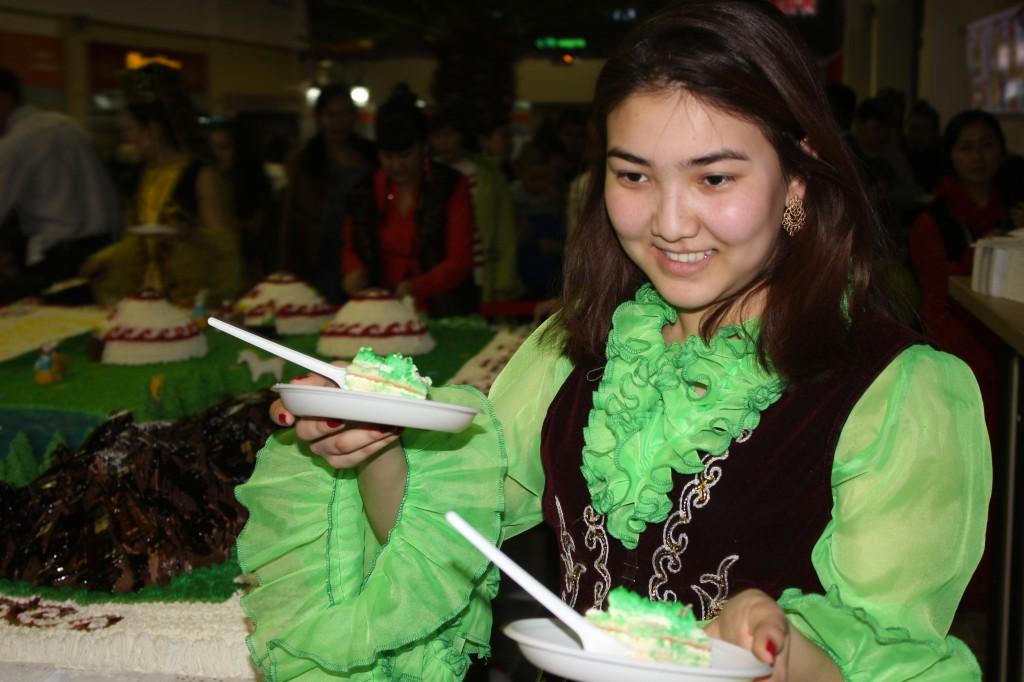180-килограммовый торт подарил уральцам супермаркет «Атаба» 9695