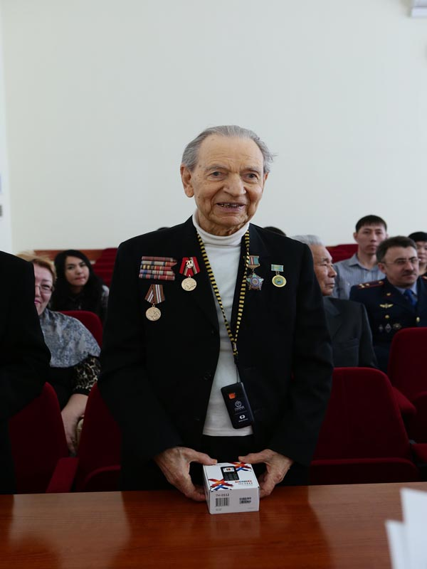 Новости Уральск - Уральские ветераны ВОВ получили мобильные телефоны с кнопкой SOS Ветеран Павел БУКАТКИН