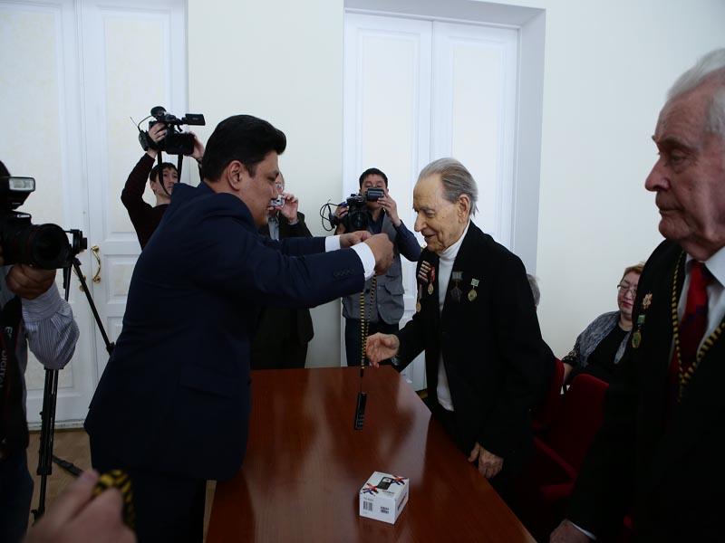 Новости Уральск - Уральские ветераны ВОВ получили мобильные телефоны с кнопкой SOS photo1