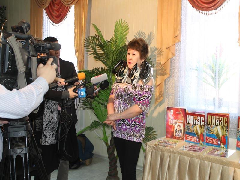 В Уральске женщина-магнит установила новый рекорд photo2