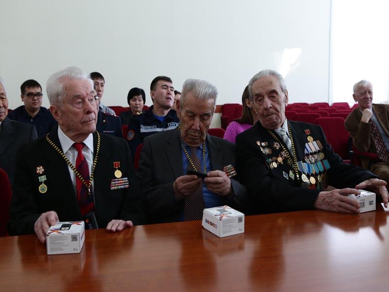 Новости Уральск - Уральские ветераны ВОВ получили мобильные телефоны с кнопкой SOS photo3