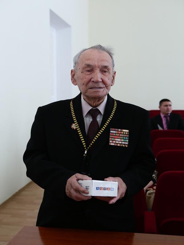 Новости Уральск - Уральские ветераны ВОВ получили мобильные телефоны с кнопкой SOS Ветеран Хамза САФИН