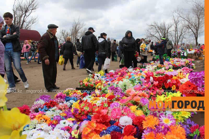 Новости Уральск - Родительский день на кладбище - фоторепортаж IMG_2496 [800x600]