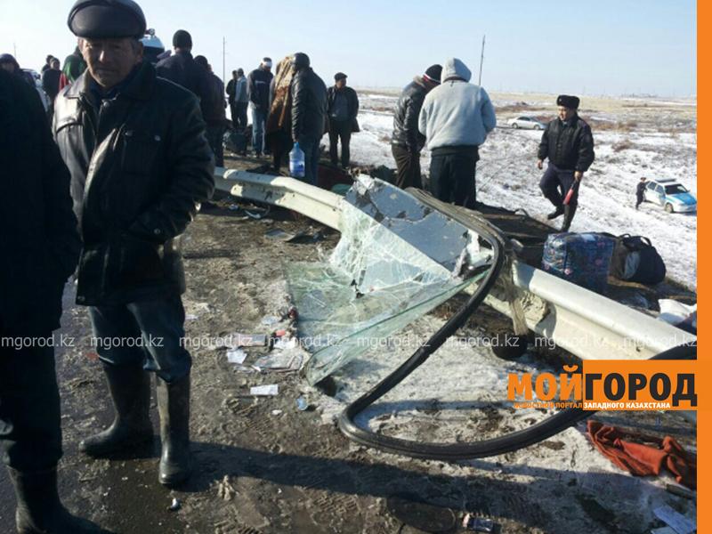 На трассе Актобе-Уральск перевернулся автобус – четверо погибших (фото, обновляется) avariya2