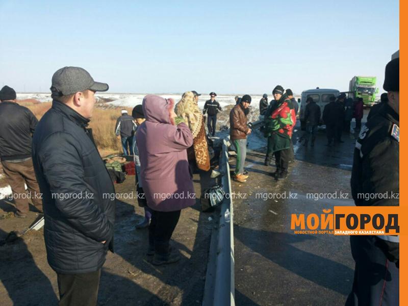 На трассе Актобе-Уральск перевернулся автобус – четверо погибших (фото, обновляется) avariya3