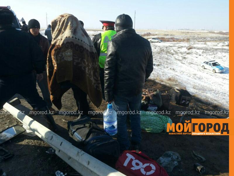 На трассе Актобе-Уральск перевернулся автобус – четверо погибших (фото, обновляется) avariya5