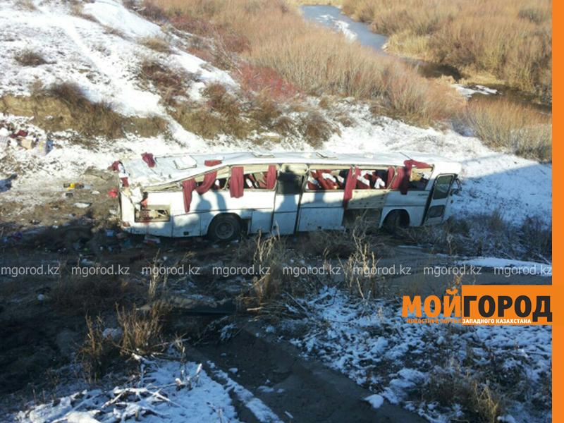 На трассе Актобе-Уральск перевернулся автобус – четверо погибших (фото, обновляется) avariya6