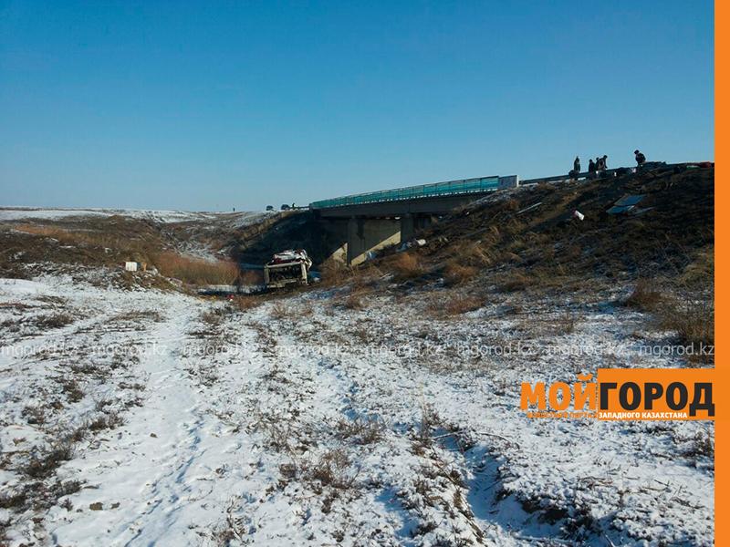 На трассе Актобе-Уральск перевернулся автобус – четверо погибших (фото, обновляется) avariya7
