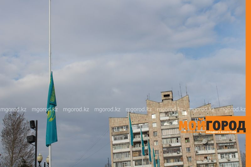 На вокзальной площади Уральска приспущен государственный флаг flag (1)