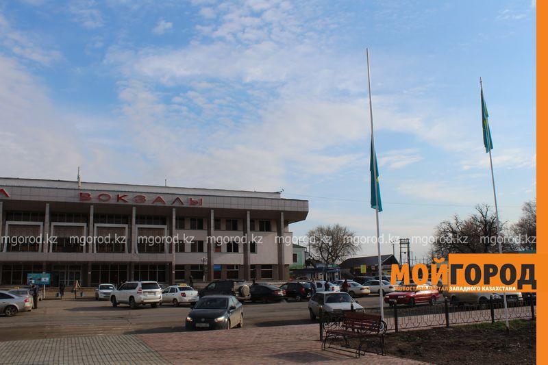 На вокзальной площади Уральска приспущен государственный флаг flag (2)
