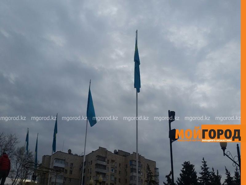 На вокзальной площади Уральска приспущен государственный флаг flag3