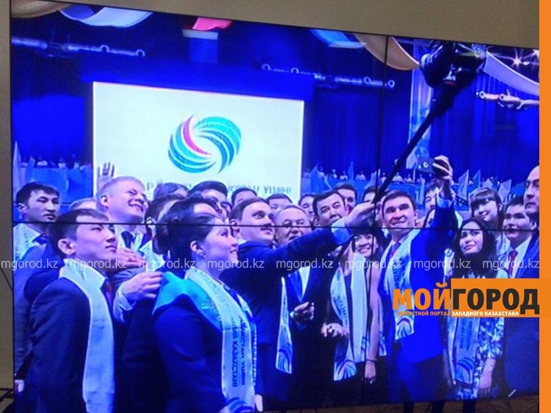 Новости Уральск - НАЗАРБАЕВ сделал групповое селфи в Уральске selfi