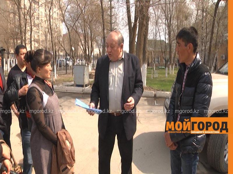 В Актобе беременная женщина грозится выпрыгнуть с 5 этажа из-за невыплаты зарплаты zarplata1